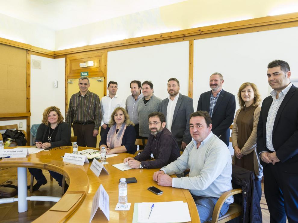 Los representantes de los 11 municipios aragoneses de la lista, con Soro ayer en el Pignatelli.