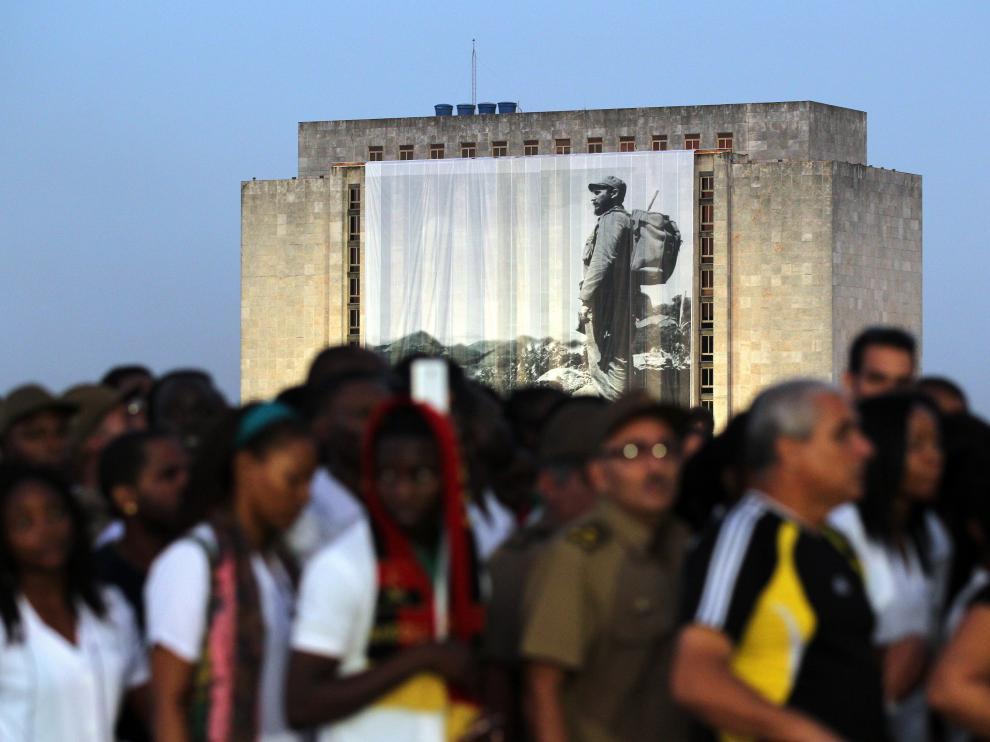 Miles de personas despiden a Fidel en la plaza de la Revolución en La Habana.