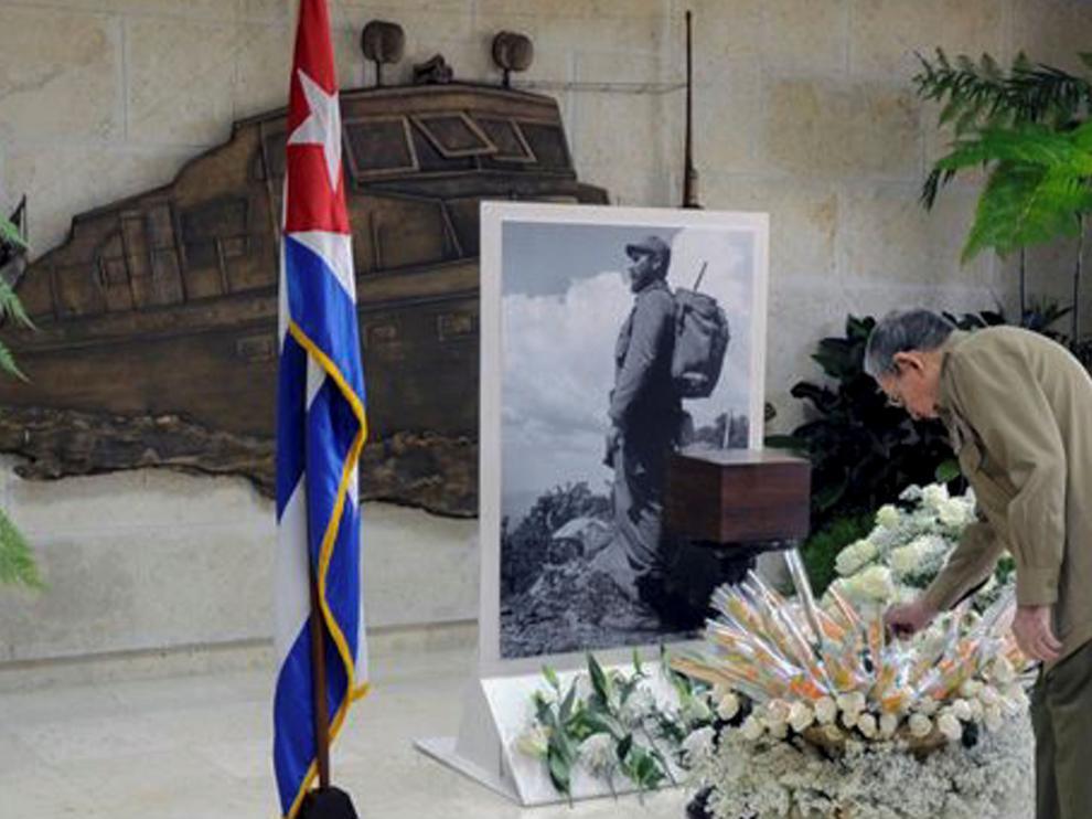 Raúl Castro rinde homenaje a su hermano fallecido, Fidel Castro.
