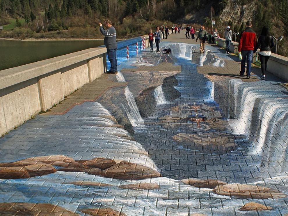 Arte callejero que evoca una ilusión óptica.