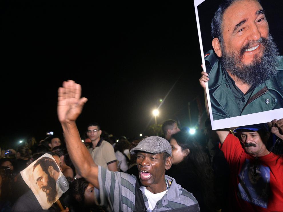 """Multitudes de cubanos salieron de sus casas para dar el último adiós al comandante, recibido con gritos de """"¡Viva Fidel!""""."""