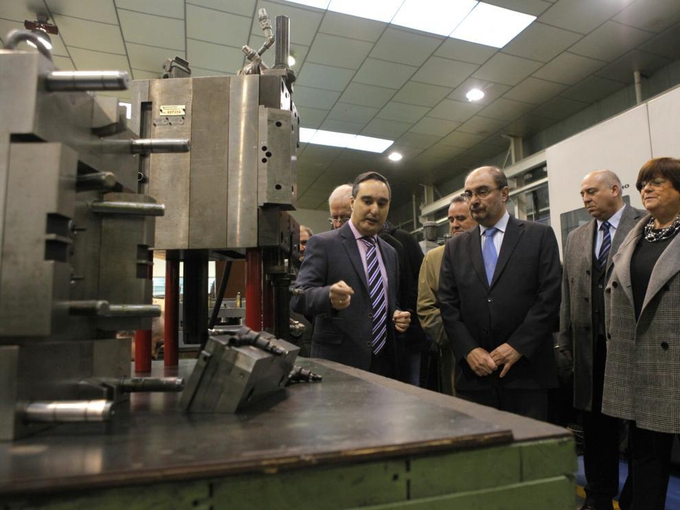 Lambán ha visitado la fábrica de Tecmoplás en Torres de Berrellén con motivo de su 40 aniversario.