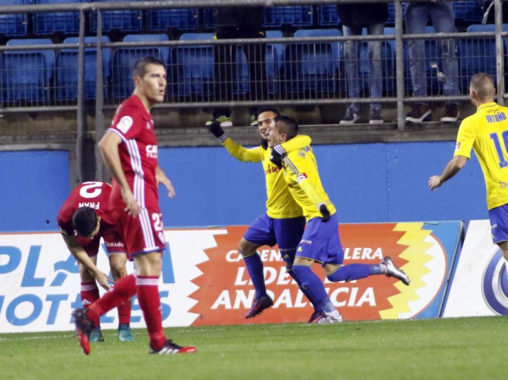 Salvi celebra el primer gol del Cádiz frente al Real Zaragoza.
