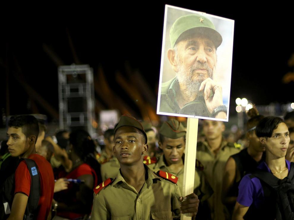 Homenaje multitudinario a Fidel Castro en Santiago de Cuba, donde fue enterrado este sábado.