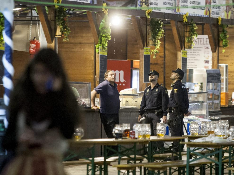 Agentes de la Policía Nacional, en la carpa de la cerveza poco después del accidente.