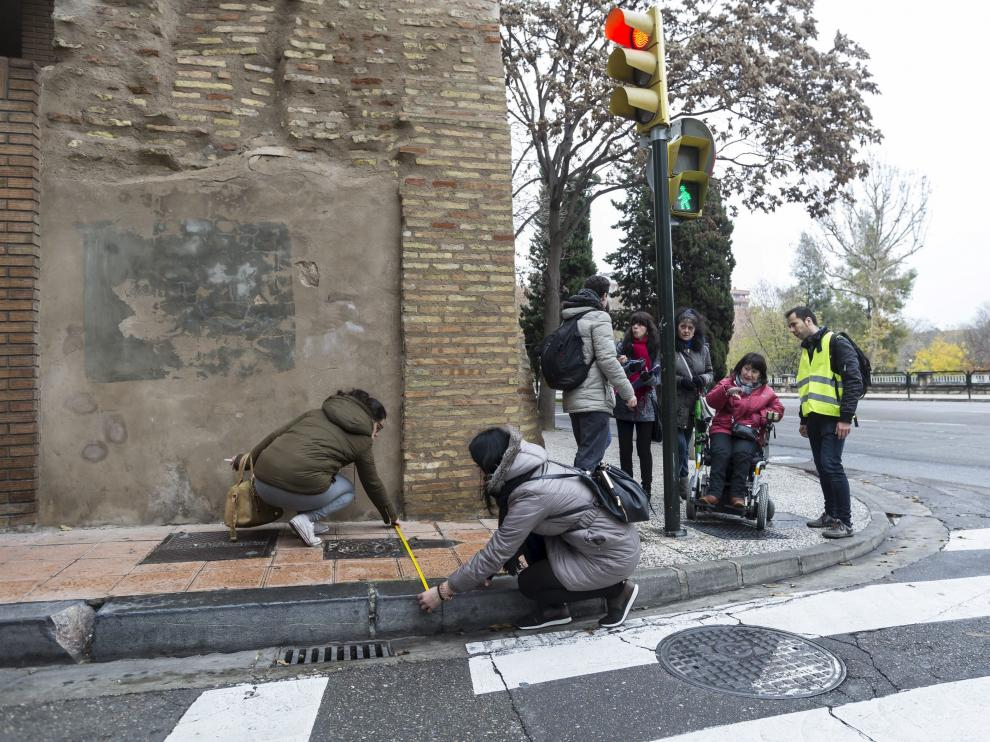 El equipo de la Universidad de San Jorge, ayer, midiendo barreras arquitectónicas.