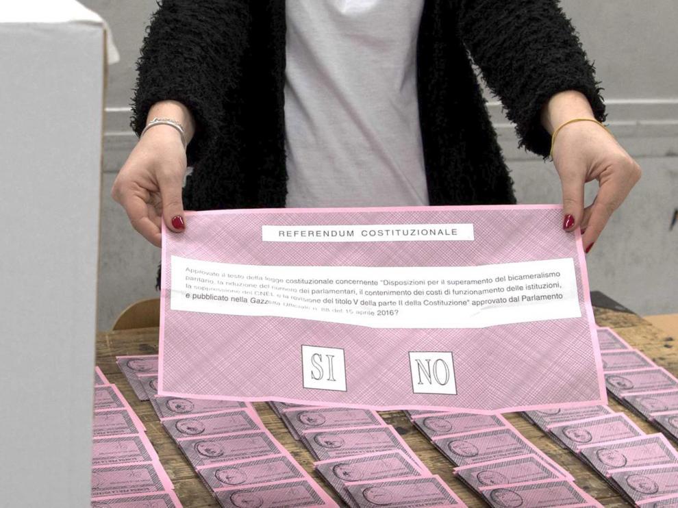 Los evacuados por los seísmos votan en el referéndum en tiendas y en la costa.