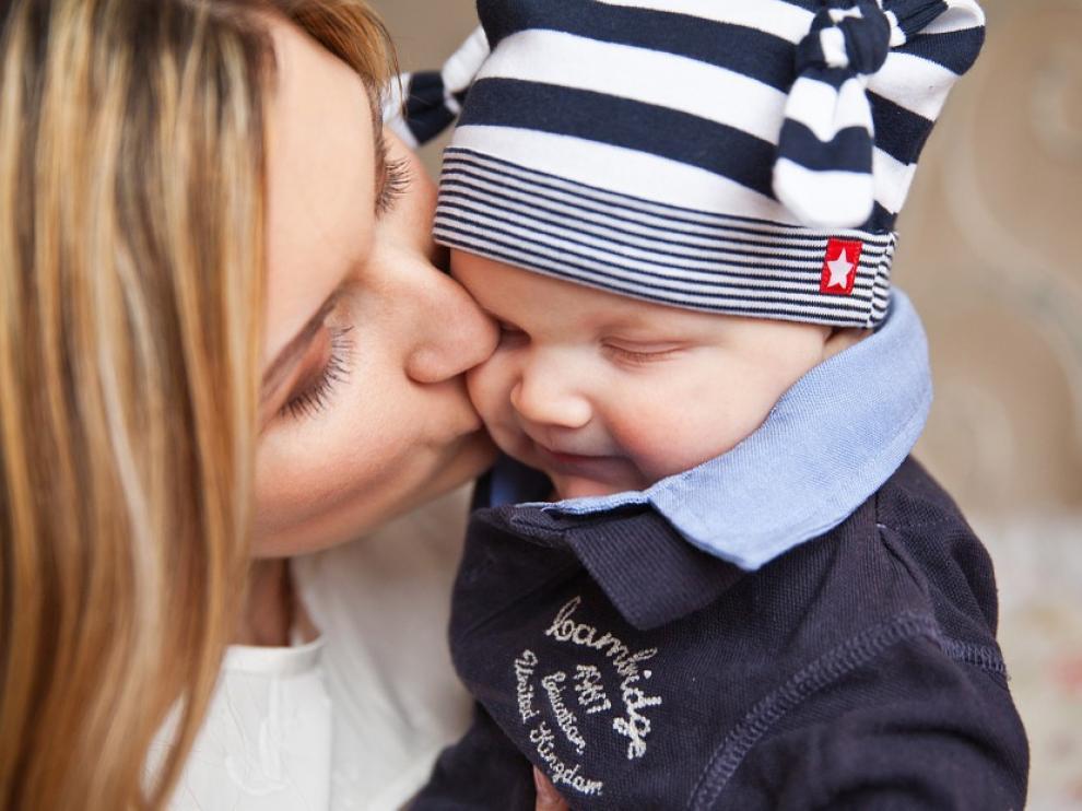 Mecer al bebé en losbrazos es una de las medida más efectivas.