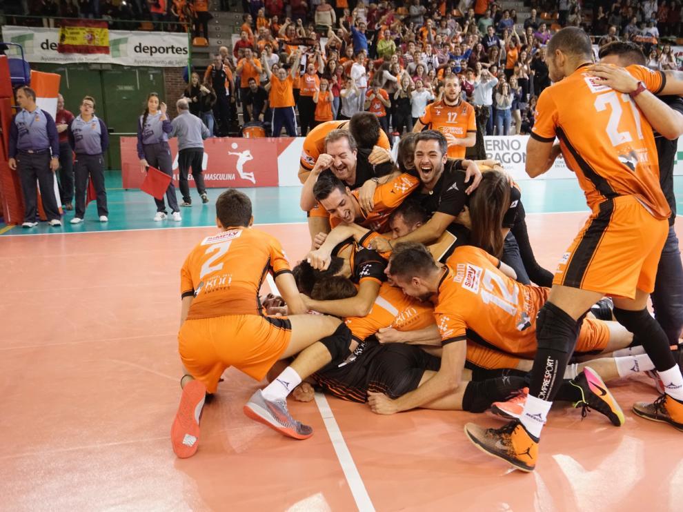 Los jugadores del CV Teruel celebran el triunfo