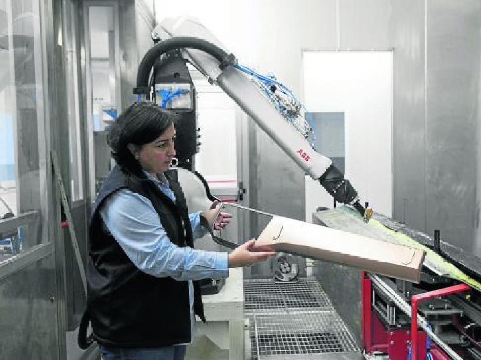 Montserrat Soto, responsable de KDK en Borja, sujeta un panel de instrumentos del nuevo Polo.