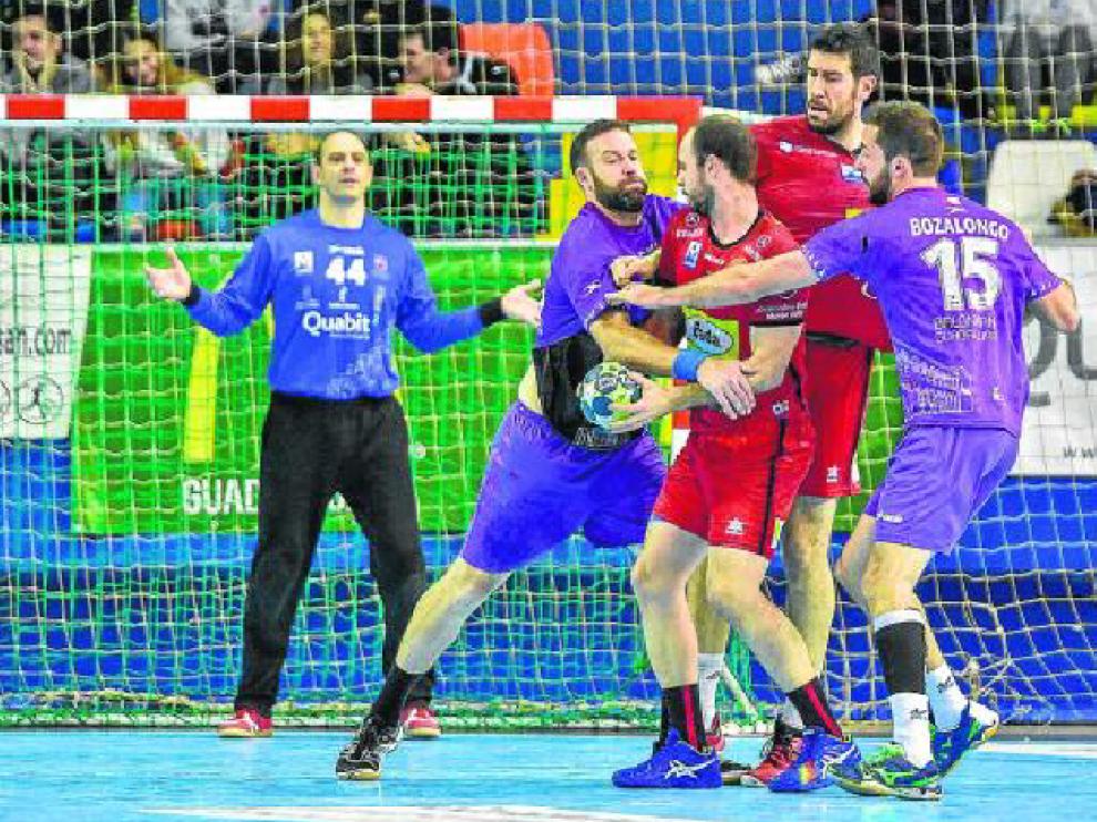 Teixeira y Val luchan contra la defensa local ante la mirada de Hombrados.