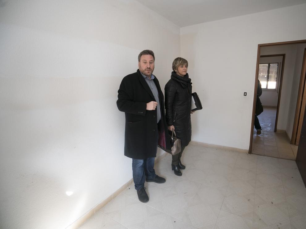 El consejero José Luis Soro y la directora general de Vivienda, Mayte Andreu, en un piso a reformar.