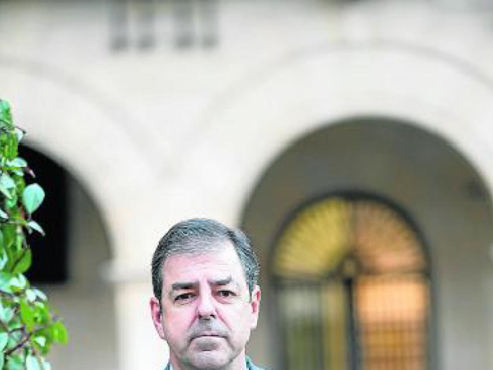 Alfonso Casas, delante del Palacio de Justicia de Teruel.