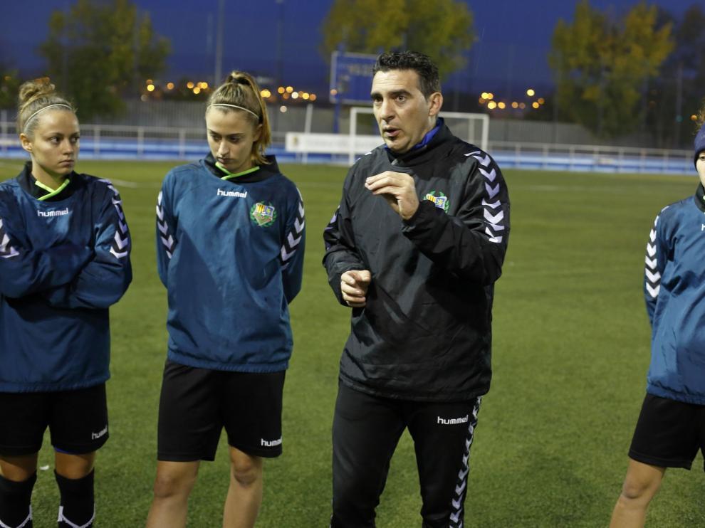 Alberto Berna en un entrenamiento reciente con el Zaragoza Femenino.