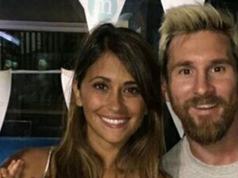 El futbolista Lionel Messi con su novia Antonela Roccuzzo con quién contraerá matrimonio el próximo 30 de junio.