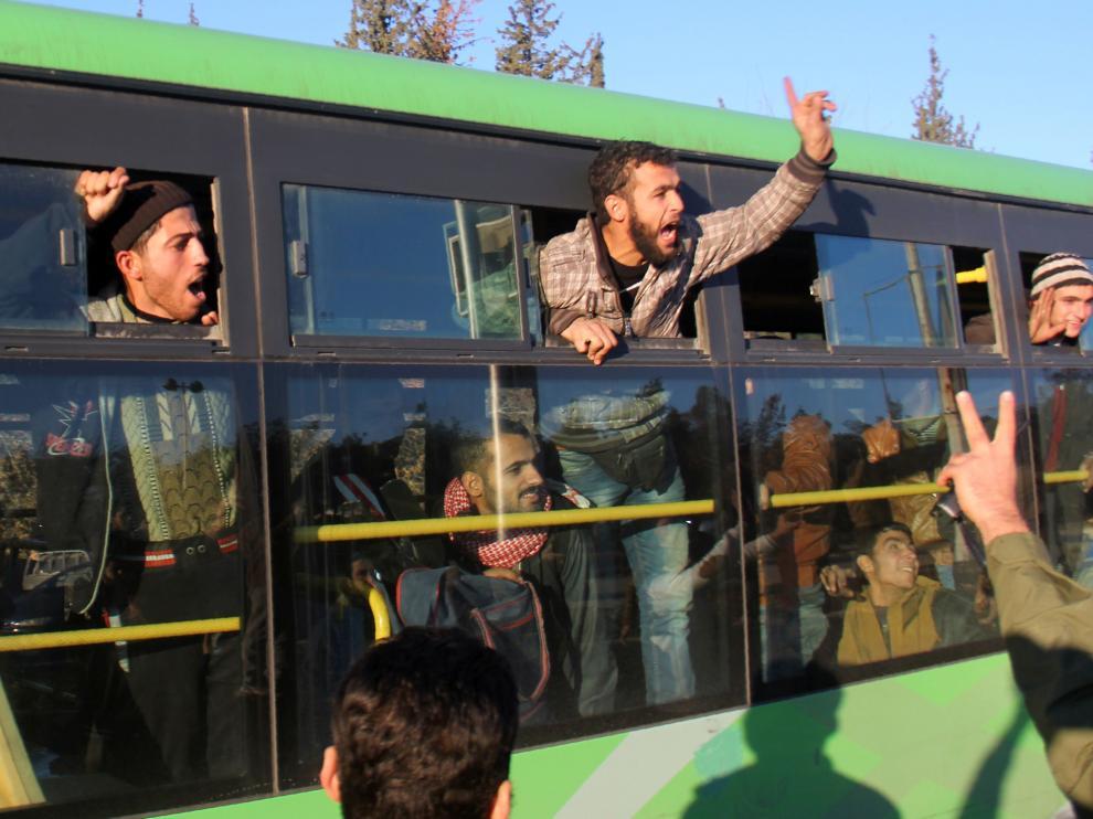 Evacuados de la ciudad siria de Alepo.