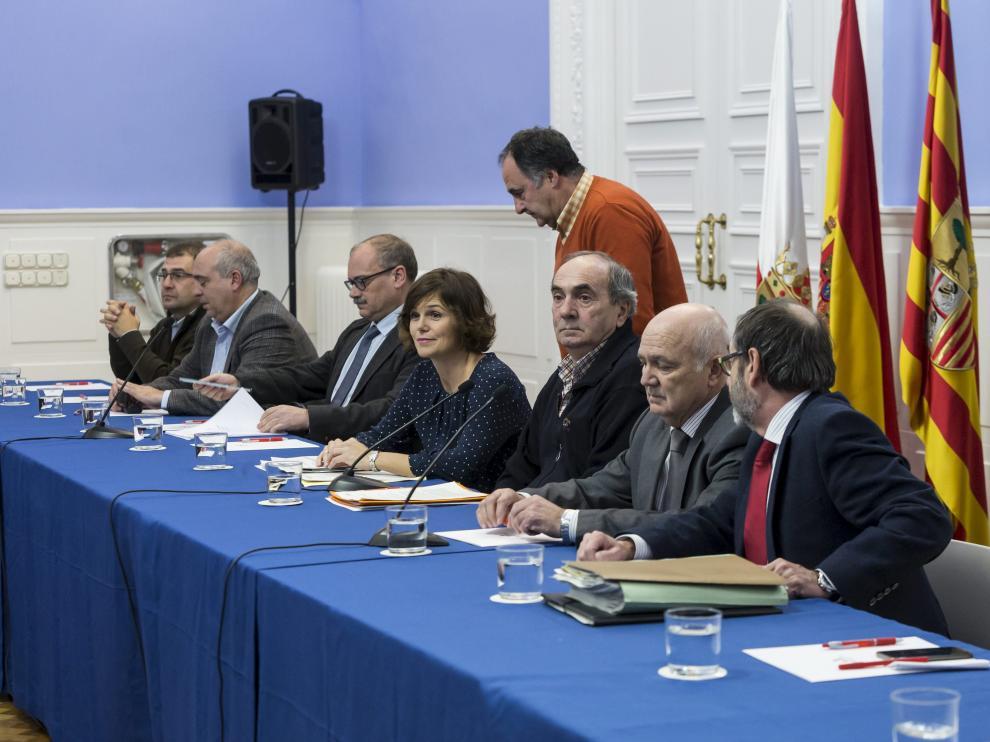 La directora del Instituto Argonés del Agua, Inés Torralba, y Eduardo Moncín, alcalde de Pradilla y portavoz de los alcaldes afectados por las riadas, presidieron la reunión.