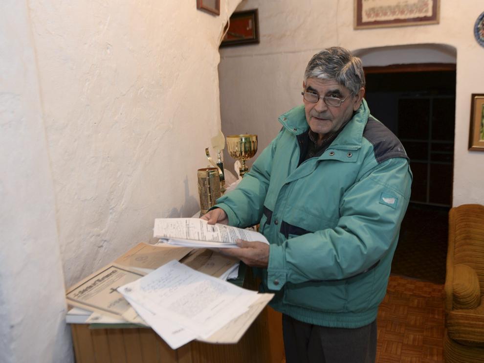 José Albesa muestra en su casa de Obón la documentación presentada contra el Ayuntamiento.