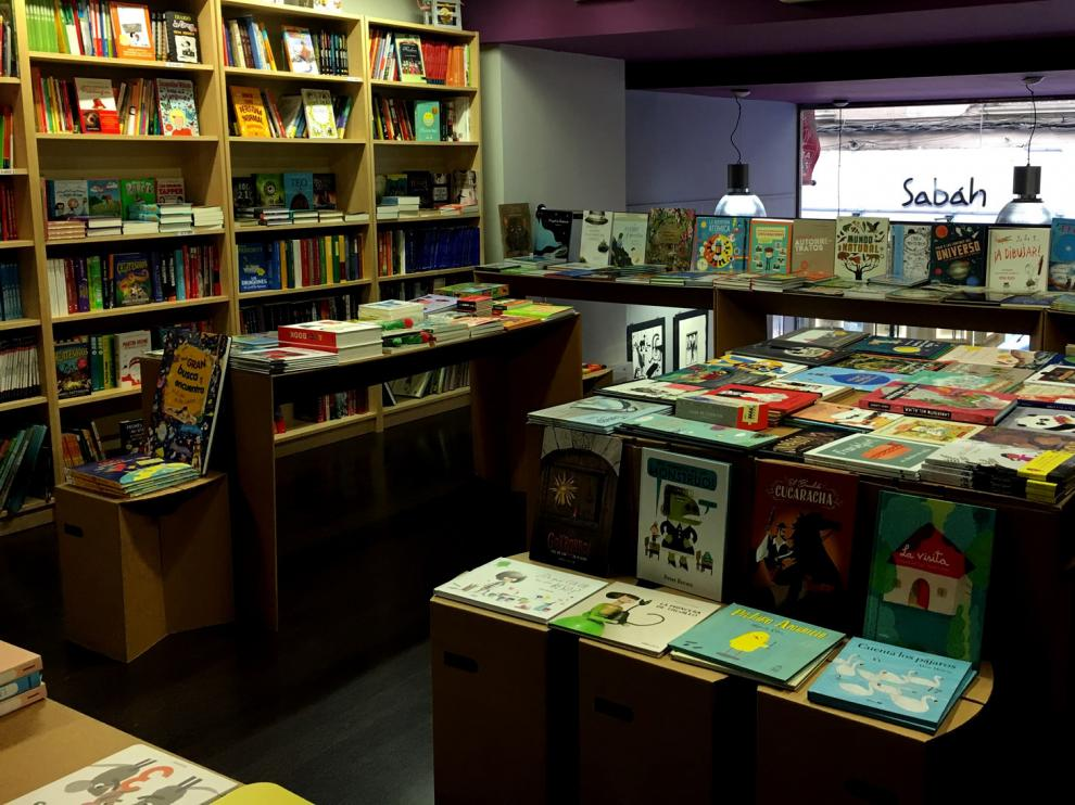 Interior de la librería Los Portadores de Sueños, en Zaragoza