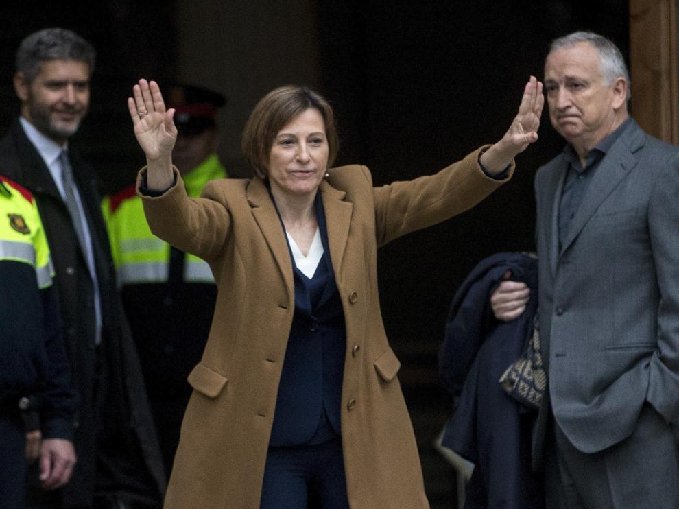 La presidenta del Parlament catalán, Carme Forcadell, saluda antes de entrar a declarar.