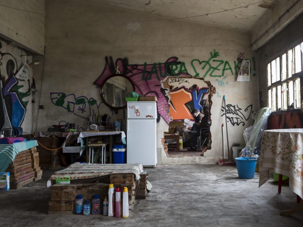 Una mujer vive sola en una nave industrial abandonada.