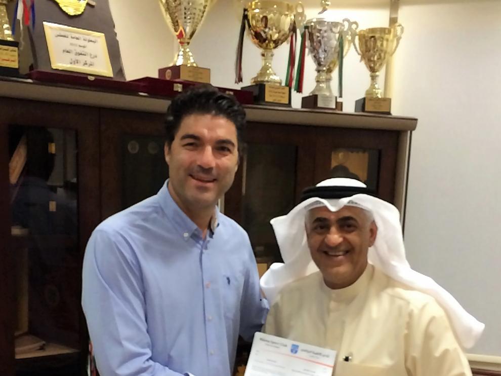 Luis Aragón el día de la firma de su nuevo contrato con el Kazma SC de Kuwait.