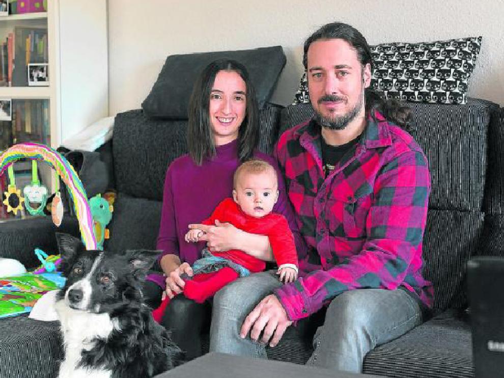 La andorrana Verónica Gracia, junto a su marido, Nicolás Delmonte, y su hija de cuatro meses, Nadia. Tras ganar el Gordo en 2014, pensaban emprender un negocio, pero decidieron invertir en un piso y casarse.