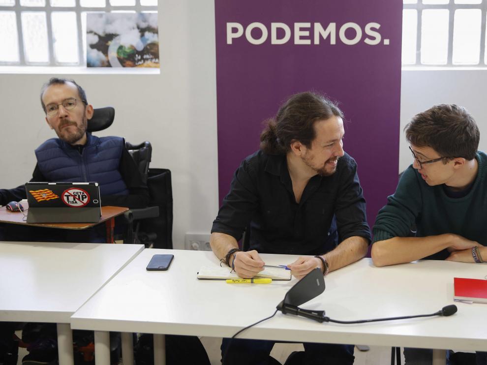 El secretario general de Podemos, Pablo Iglesias (c), y el número dos, Íñigo Errejón, conversan, junto al secretario de Organización, Pablo Echenique