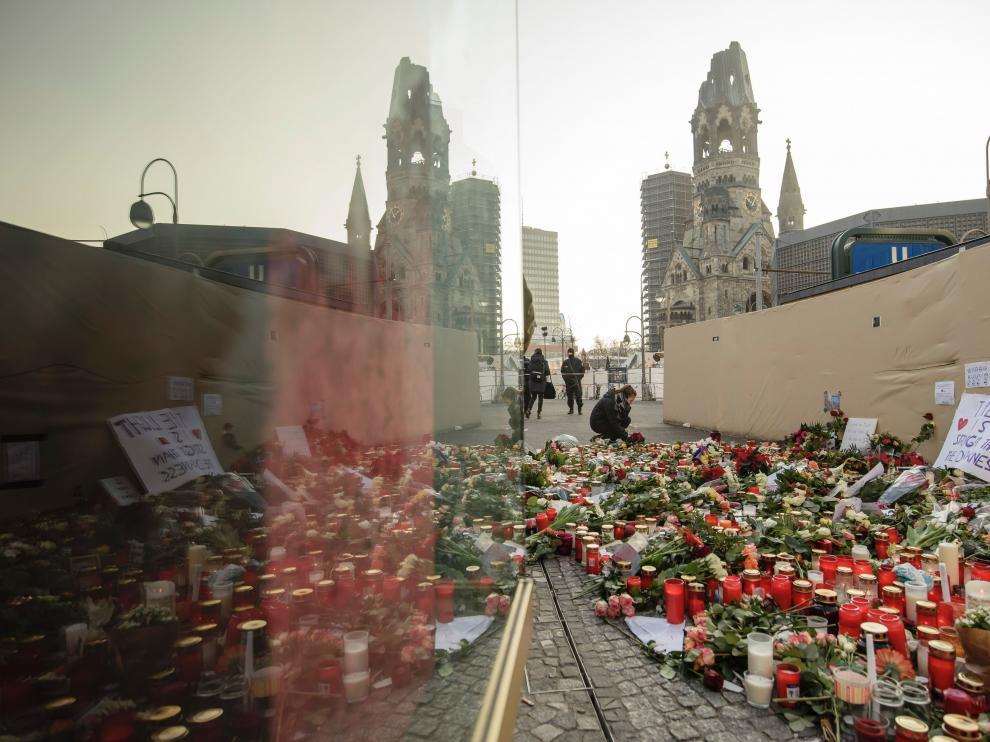 Miles de flores recuerdan a las víctimas en el lugar del atentado.