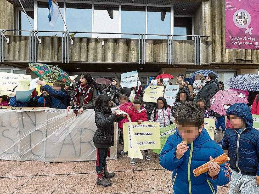 Protesta en un colegio aragonés durante el proceso del curso pasado.