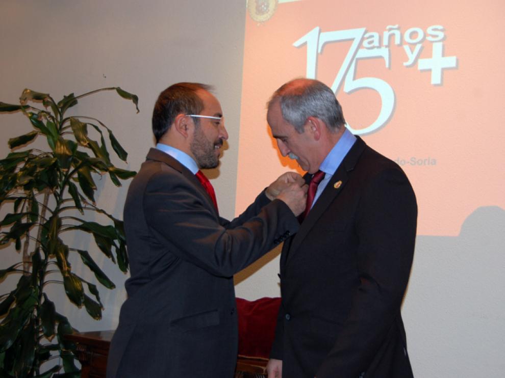 El presidente de la Diputación deSoria, Luis Rey, ha impuesto la Medalla de Oro al actual director del centro, Miguel Ángel Delgado.