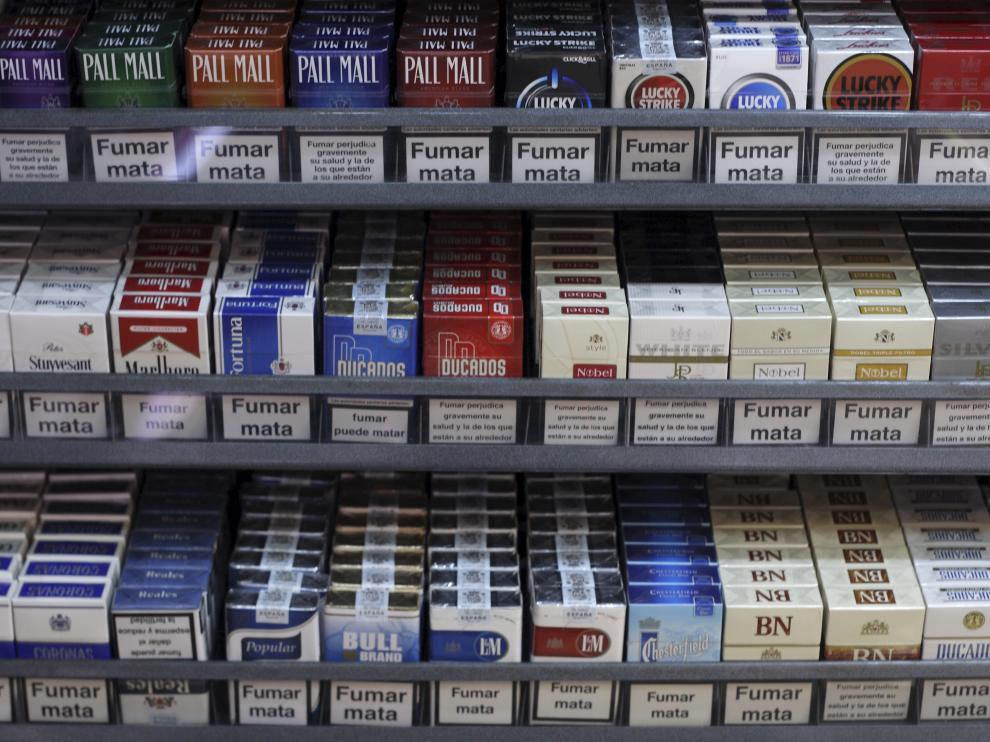 Paquetes de tabaco en la estantería de un estanco.