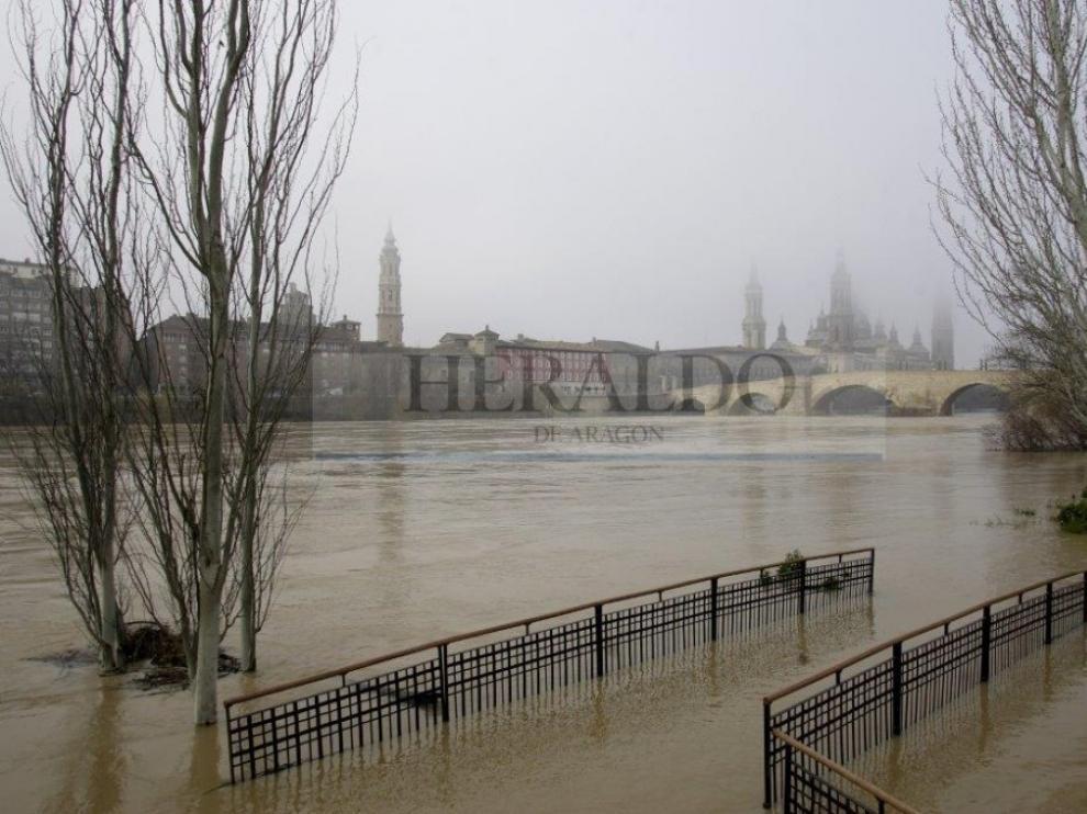 Crecida del río Ebro a su paso por Zaragoza en enero de 2009.
