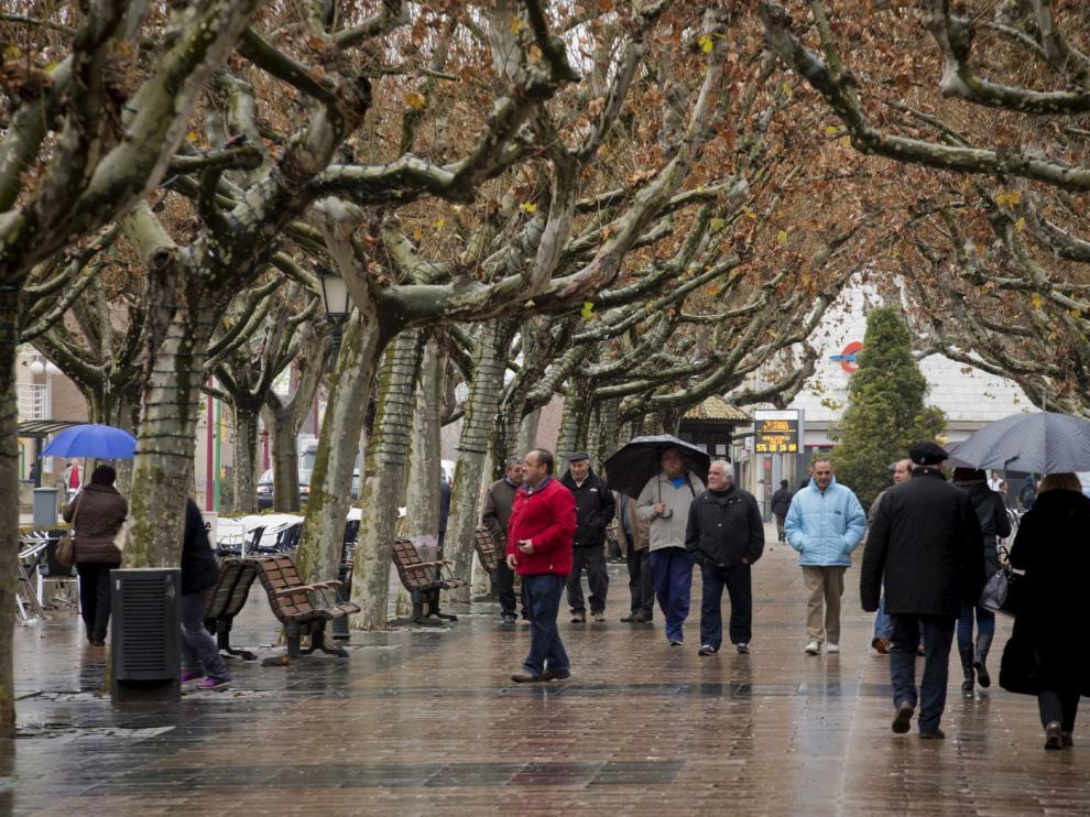 Ciudadanos de Calatayud, en el céntrico paseo de la localidad.