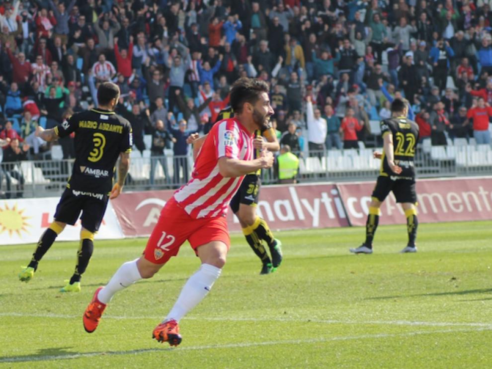 Chuli celebra uno de los dos goles que le marcó el año pasado al Real Zaragoza en el estadio de los Juegos Mediterráneos, cuando el Almería vencío 2-1 a los aragoneses.