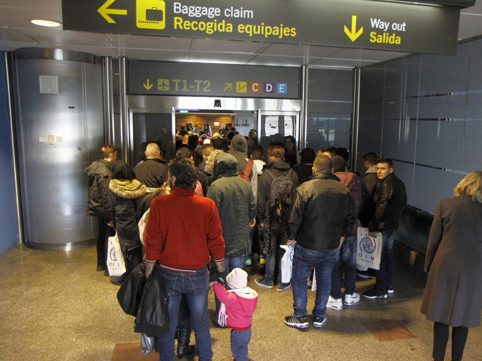 Momento de la llegada de los 198 refugiados al aeropuerto Adolfo Suárez Madrid-Barajas.