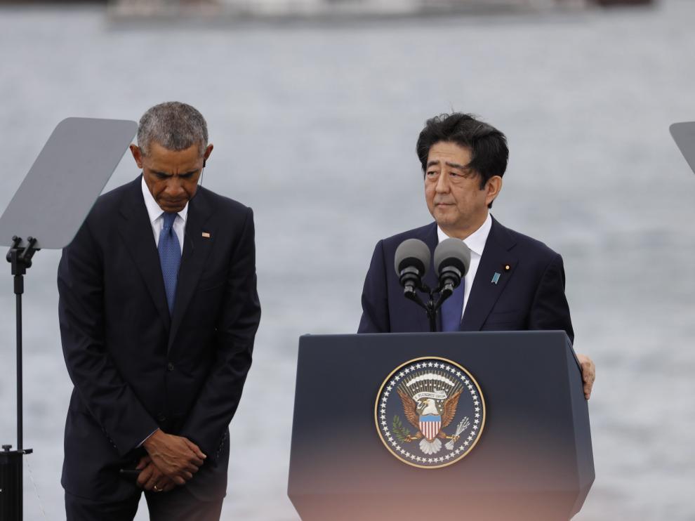 El presidente estadounidense, Barack Obama, y el primer ministro japonés, Shinzo Abe, durante una rueda de prensa tras visitar el USS Arizona Memorial en Pearl Harbor (Hawai) como gesto de reconciliación.