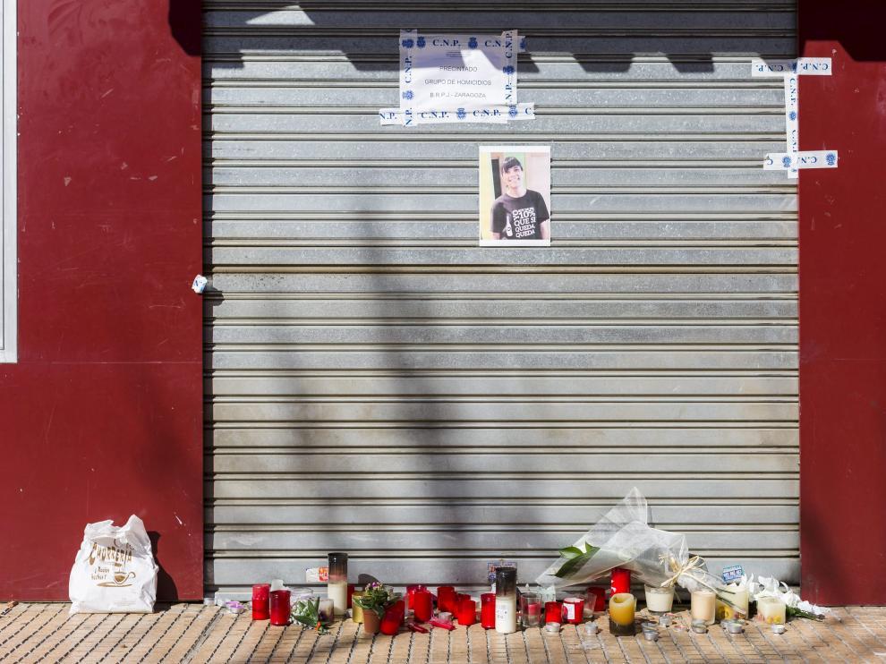 Altar en el bar Planet de Miralbueno tras el asesinato de Soraya Gutiérrez en febrero de 2016.
