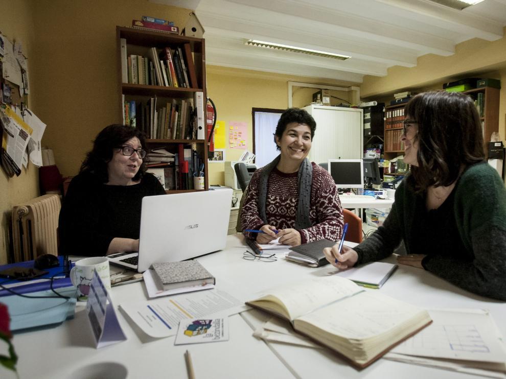 Elena Enciso, Mari Carmen Martínez y Tamara Marín en la sede de La Bezindalla, en Oliver