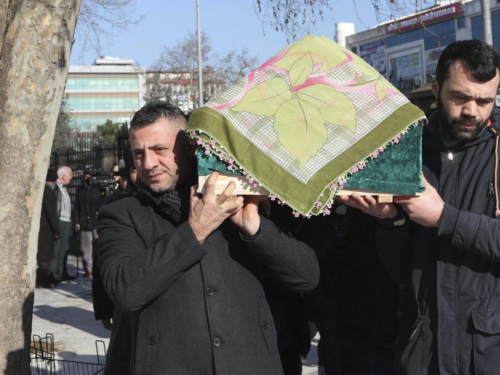 Familiares de una de las víctimas de la discoteca portan su féretro en Estambul