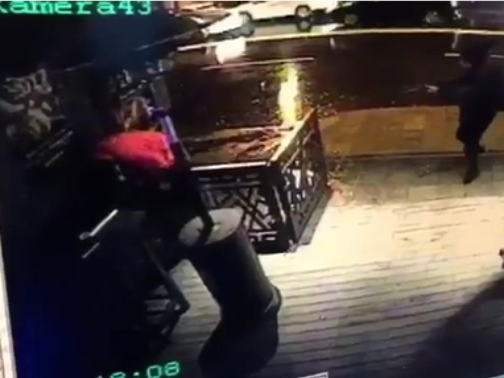 Fotograma de un vídeo en el que se ve al autor del atentado