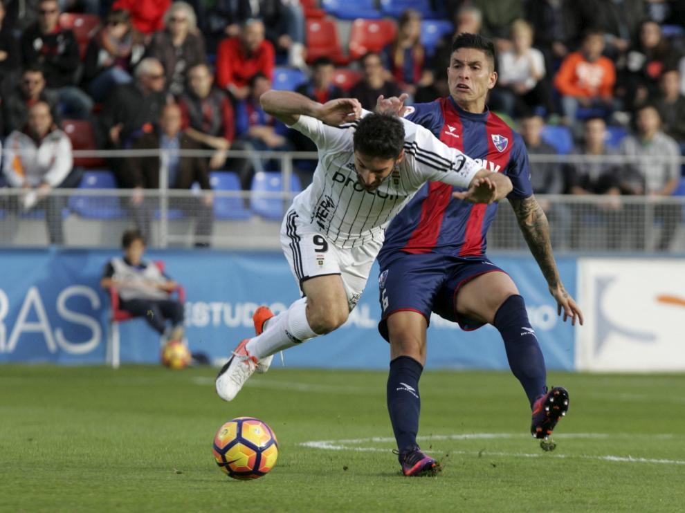Jesús Valentín pugna una pelota con Toché, delantero del Real Oviedo.