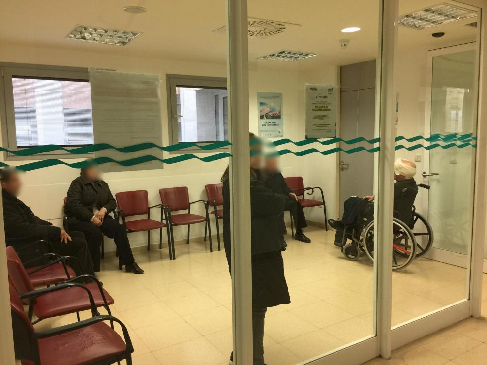 Pacientes en la sala de espera de urgencias del Hospital de Barbastro.