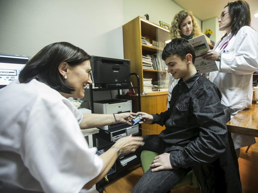 Una enfermera administra insulina a un niño.