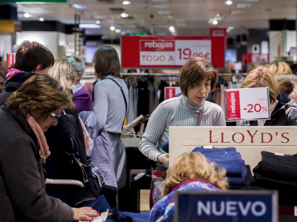 Un grupo de mujeres mira artículos rebajados en un centro comercial de la capital aragonesa.