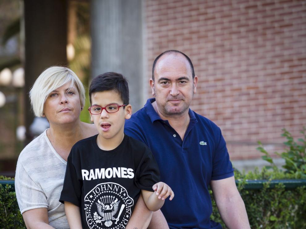 Miguel, con sus padres Arantxa Guallar y José Alberto Garicano, en una imagen de archivo.