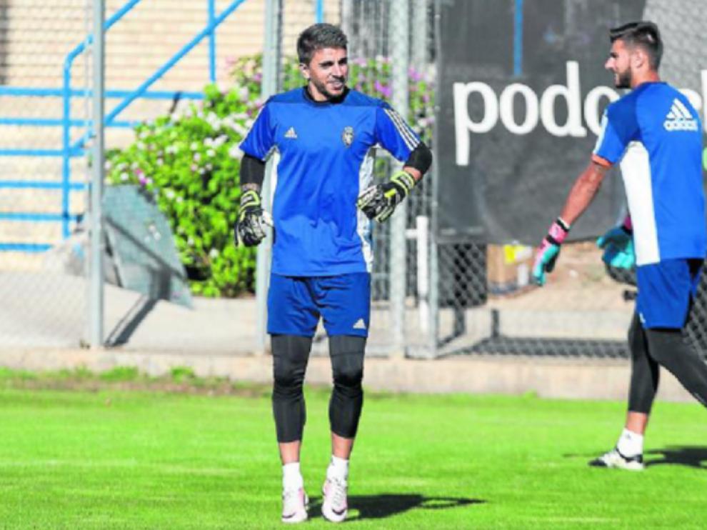 Irureta, en primer término, con Ratón detrás de él. Los dos porteros del Real Zaragoza en una imagen de semanas atrás durante un entrenamiento.