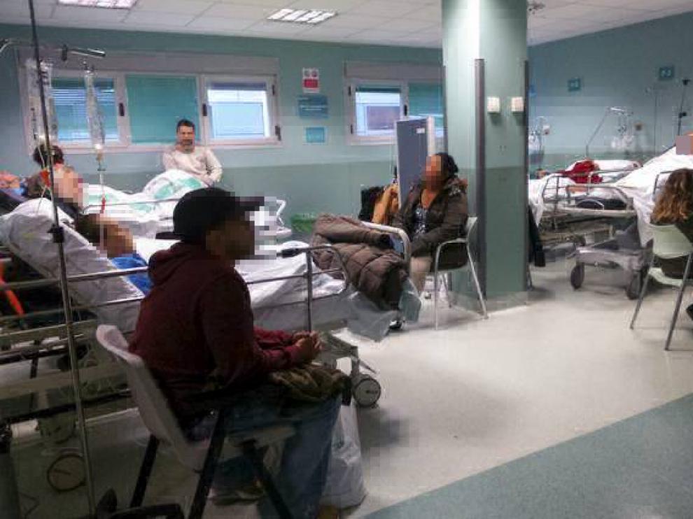Los pacientes permanecían ayer en improvisadas salas de observación para ser ingresados.