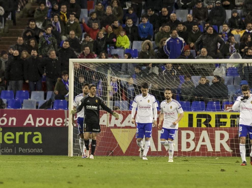 Irureta grita a sus compañeros en un lance del juego en el partido ante el Girona.