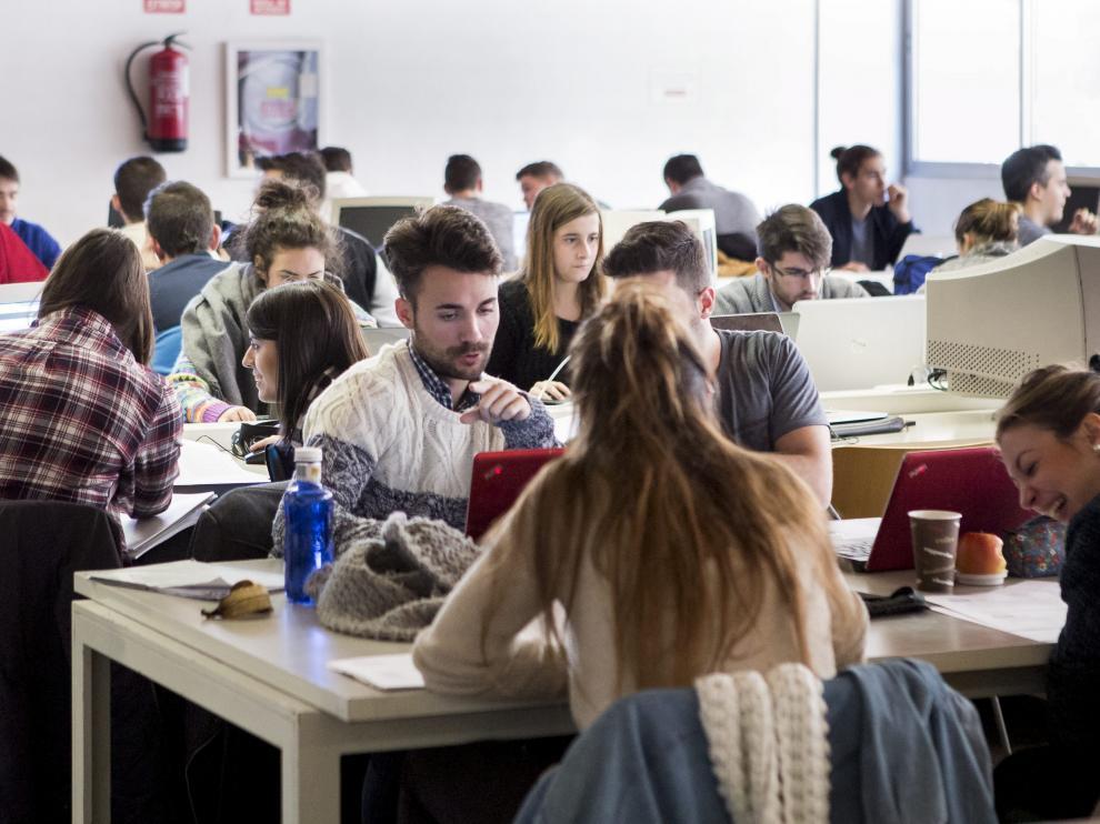 Varios alumnos repasan para sus exámanes en la sala de estudio de Economía, en Zaragoza